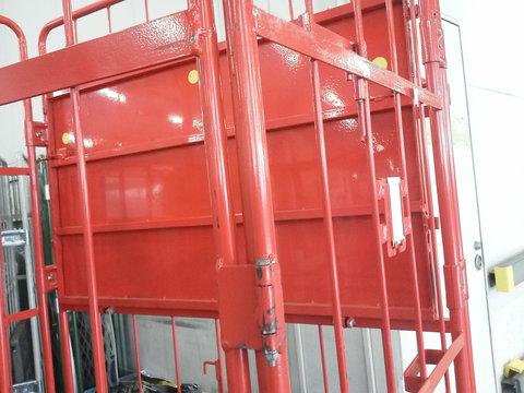 赤い鉄パレットと労災_b0050651_9301199.jpg