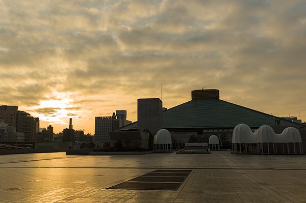 昨日、駅までの道筋で夕日に映える国技館!_b0194208_040642.jpg