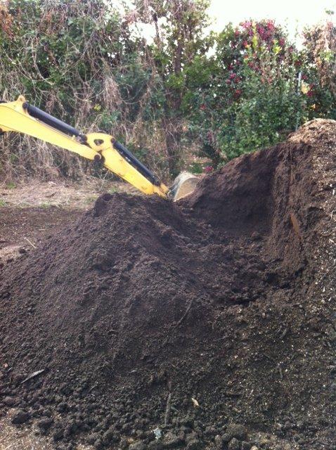 1年半寝かした・・自家製堆肥をユンボで切り返し畑へ_c0222448_12353292.jpg