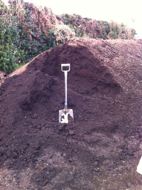 1年半寝かした・・自家製堆肥をユンボで切り返し畑へ_c0222448_12354820.jpg