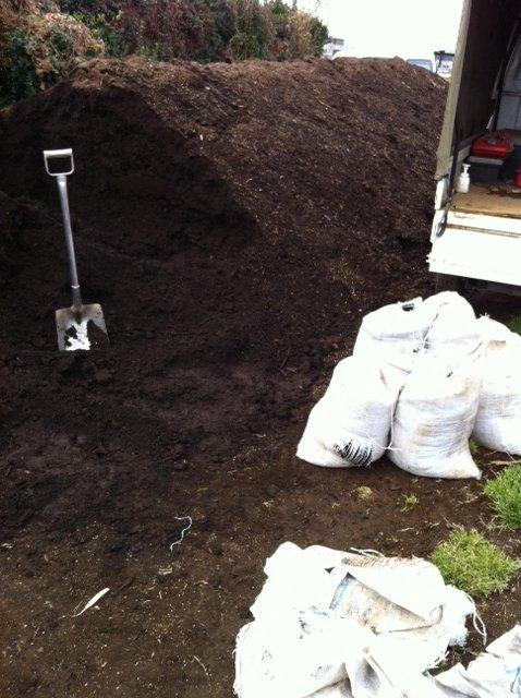 1年半寝かした・・自家製堆肥をユンボで切り返し畑へ_c0222448_1236651.jpg