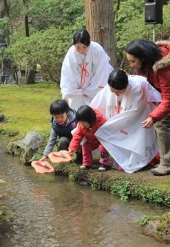 雪にも負けず、上賀茂神社の流し雛_b0067283_20462537.jpg