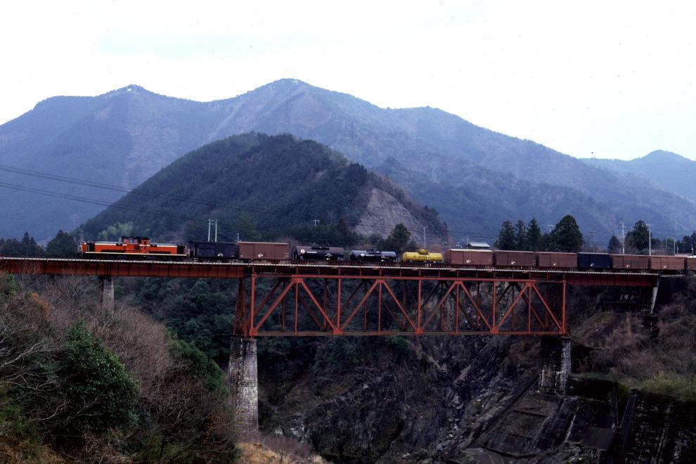 赤い機関車が貨物列車を牽く - 1983年・紀勢線 -  _b0190710_23163520.jpg