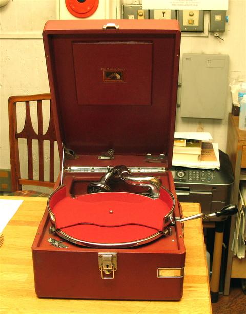 HMV102の赤が入荷しました_a0047010_138125.jpg