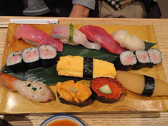 並んで食べました。「美登利寿司」!_e0230011_1804369.jpg