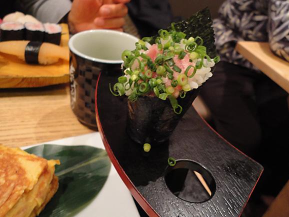 並んで食べました。「美登利寿司」!_e0230011_1843515.jpg