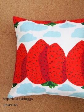 真っ赤な大きいイチゴ柄のクッションは春のふわふわ感に良いアクセント