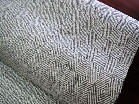 織り上がったばかりの八寸帯は、縁起の良さそうな(笑)三色。②白金色。_f0177373_20121999.jpg