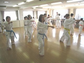 日曜空手 新川教室 春は入会シーズンです!_c0118332_14303795.jpg