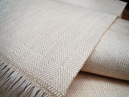 織り上がったばかりの八寸帯は、縁起の良さそうな(笑)三色。③真珠色。_f0177373_1983947.jpg