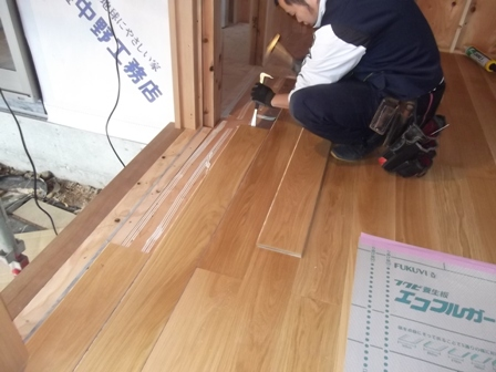 「丘に建つ回遊ウッドデッキの家」木工事_f0170331_10271240.jpg