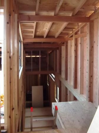 「丘に建つ回遊ウッドデッキの家」木工事_f0170331_1027924.jpg