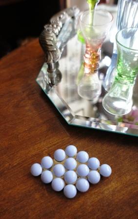 青乳白ガラスのブローチ_f0196455_15434423.jpg