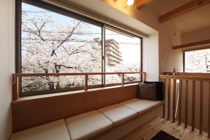 桜並木を眺める小さな家_b0179213_18573676.jpg
