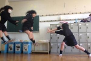 日本の女子高生の「吹っ飛び画像」が波動拳として突如アメリカでブームに?! #Hadouken_b0007805_0161980.jpg