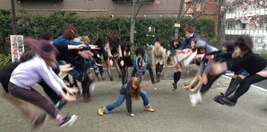 日本の女子高生の「吹っ飛び画像」が波動拳として突如アメリカでブームに?! #Hadouken_b0007805_031476.jpg