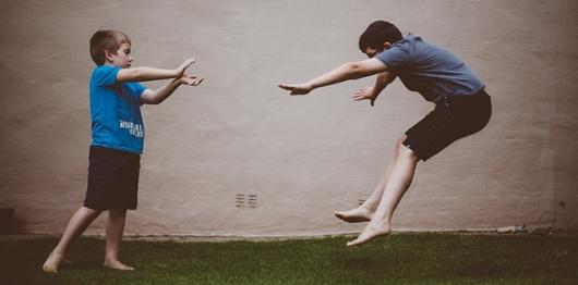 日本の女子高生の「吹っ飛び画像」が波動拳として突如アメリカでブームに?! #Hadouken_b0007805_0333710.jpg