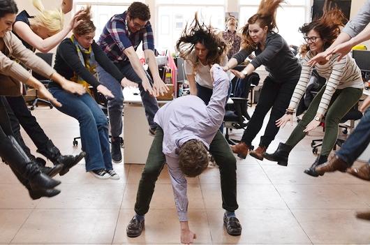 日本の女子高生の「吹っ飛び画像」が波動拳として突如アメリカでブームに?! #Hadouken_b0007805_0405717.jpg