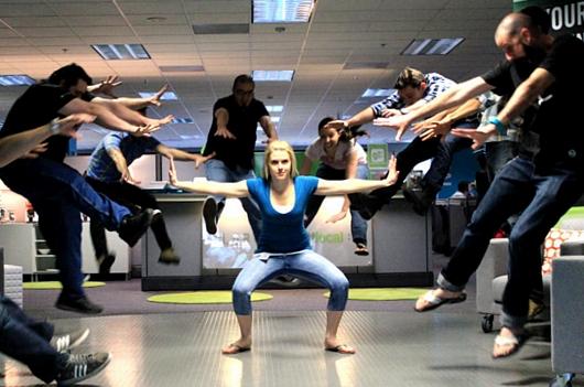 日本の女子高生の「吹っ飛び画像」が波動拳として突如アメリカでブームに?! #Hadouken_b0007805_0413599.jpg
