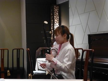 東京都田町シリーズ  ランチタイムに二胡の演奏をしてくれる粋な計らい_b0011584_5551631.jpg