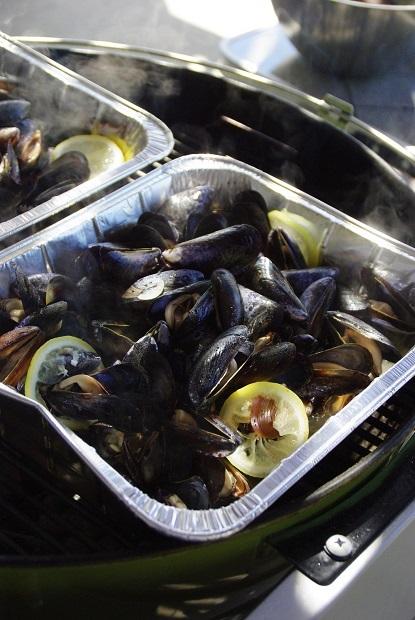 ラムチョップに焼きとうもろこし、ムール貝のワイン蒸しなどフルコースでBBQパーティ!