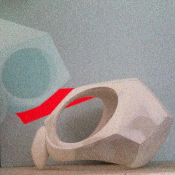 Ajee、フクロウのスカルを彫刻中_a0077842_22412510.jpg
