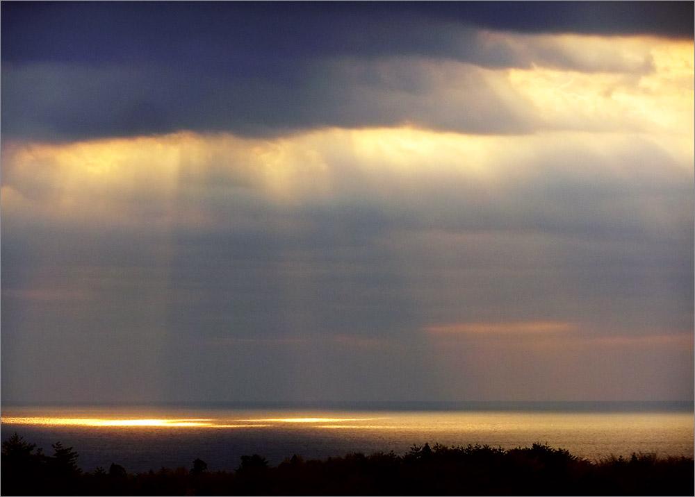 今朝の空ー雲間から光がもれ出て...