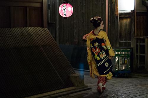 昨夜、祇園で見掛けた可愛い舞妓さん!_b0194208_2063141.jpg