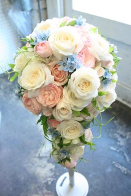ぎっしり☆バラが詰まった白ドレス用ショートキャスケードブーケ♫_e0149863_13434432.jpg