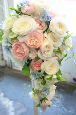 ぎっしり☆バラが詰まった白ドレス用ショートキャスケードブーケ♫_e0149863_134463.jpg