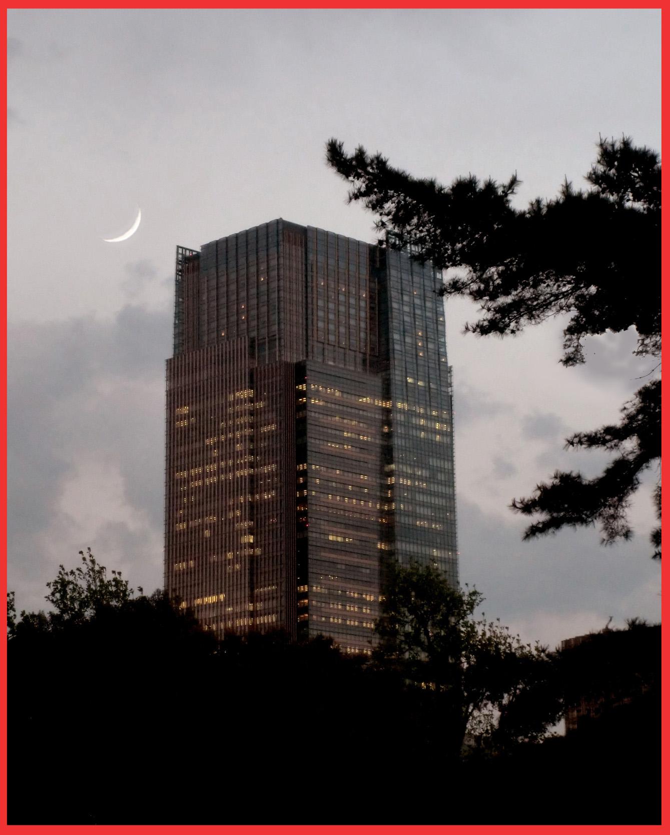 夕暮れのオランダ大使館前。_e0236072_2039355.jpg