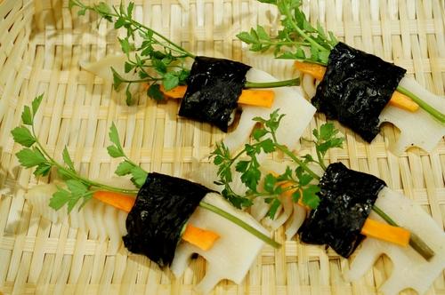 季節のおつまみ【竹の子とセリの磯辺天】笹塩とレモン添えです。_b0033423_056595.jpg