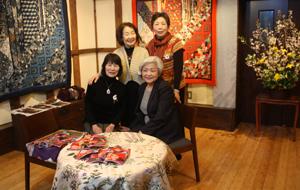 塚田純子古布遺作展はすばらしい、布に顔を近づけると音楽が聞こえる。_d0178448_1914377.jpg