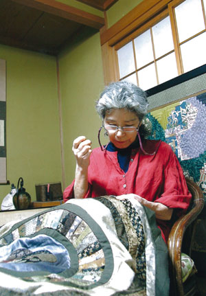 塚田純子古布遺作展はすばらしい、布に顔を近づけると音楽が聞こえる。_d0178448_19233211.jpg