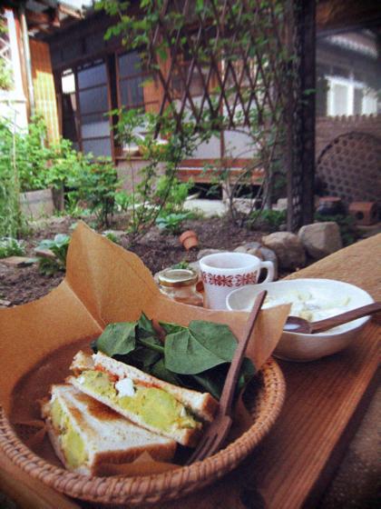 新緑の中庭で朝ごぱん、昼ごはん。_d0077603_9233760.jpg