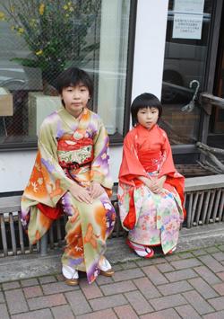 塚田純子古布遺作展はすばらしい、布に顔を近づけると音楽が聞こえる。_d0178448_9492349.jpg