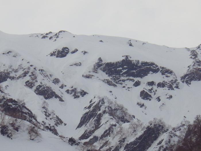 デブリとストップ雪の金山沢_e0292469_1746205.jpg