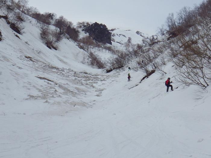 デブリとストップ雪の金山沢_e0292469_17465036.jpg