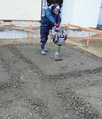 Q1住宅X-2美砂町:基礎床の砕石地業転圧_e0054299_11191257.jpg