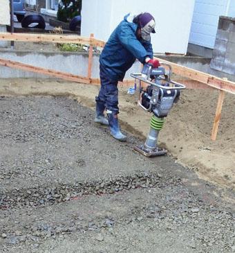 Q1住宅X-2美砂町:基礎床の砕石地業転圧_e0054299_11202423.jpg