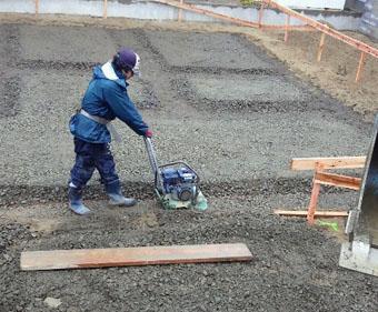 Q1住宅X-2美砂町:基礎床の砕石地業転圧_e0054299_1126048.jpg
