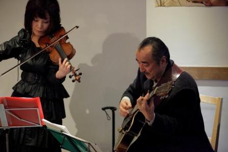 今夜(4/25)はピンクボンゴのギター宮崎カポネさんとジプシーヴァイオリン竹内真知さんDUOです! _d0115919_222982.jpg