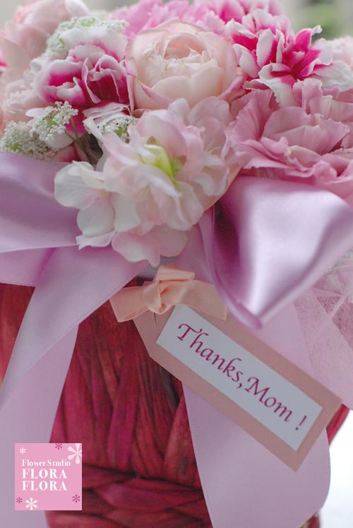 母の日フラワーギフト2013 生花お花とリボンのチャームつきアレンジメント Mサイズ_a0115684_0184594.jpg