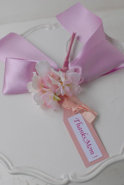 母の日フラワーギフト2013 生花お花とリボンのチャームつきアレンジメント Mサイズ_a0115684_0185113.jpg