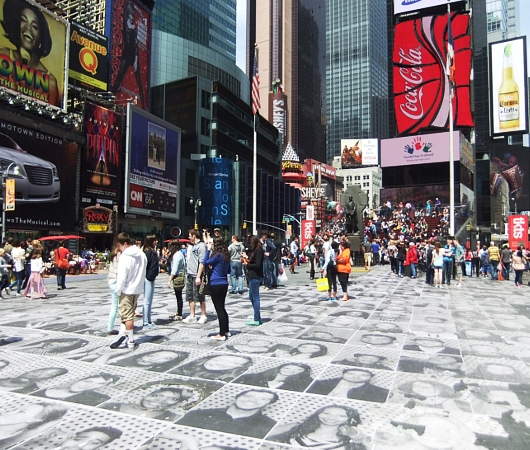 NYのタイムズ・スクエアが顔写真アートだらけに!!! Inside Out New York City_b0007805_9435693.jpg