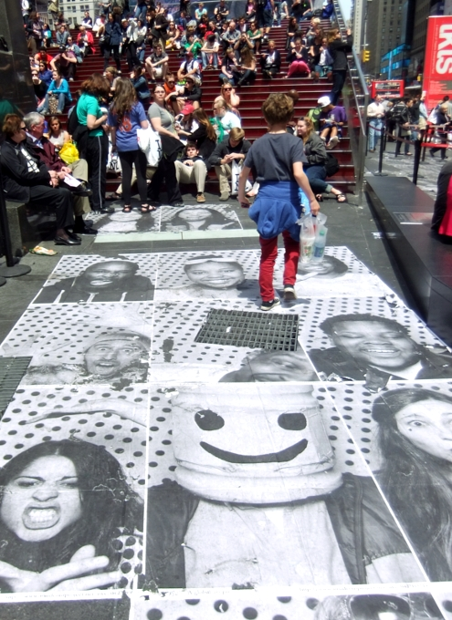 NYのタイムズ・スクエアが顔写真アートだらけに!!! Inside Out New York City_b0007805_9482163.jpg
