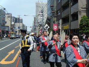 4月29日(月) つつじまつりパレードに参加(谷根千を満喫)_e0093518_17513039.jpg