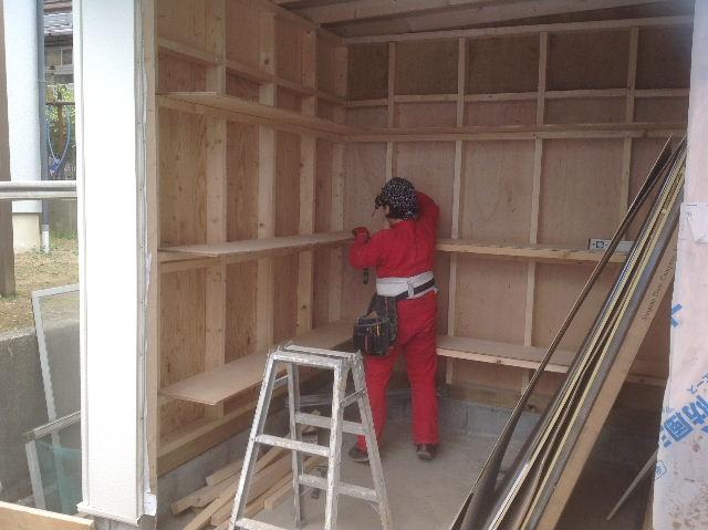 外壁・物置終了・・フロアー開始_f0031037_20545115.jpg