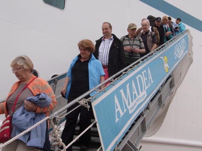 沖縄には欧米客を乗せたクルーズ客船も寄港します_b0235153_20261080.jpg