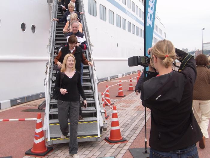 沖縄には欧米客を乗せたクルーズ客船も寄港します_b0235153_20263744.jpg